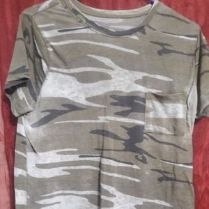 camo scoop neck t with front pocket